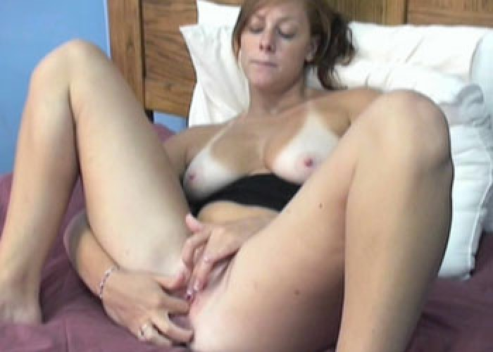 Busty Mariah fingers her wet pussy